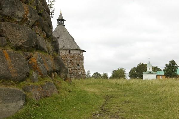 Массивные стены монастыря на Соловках