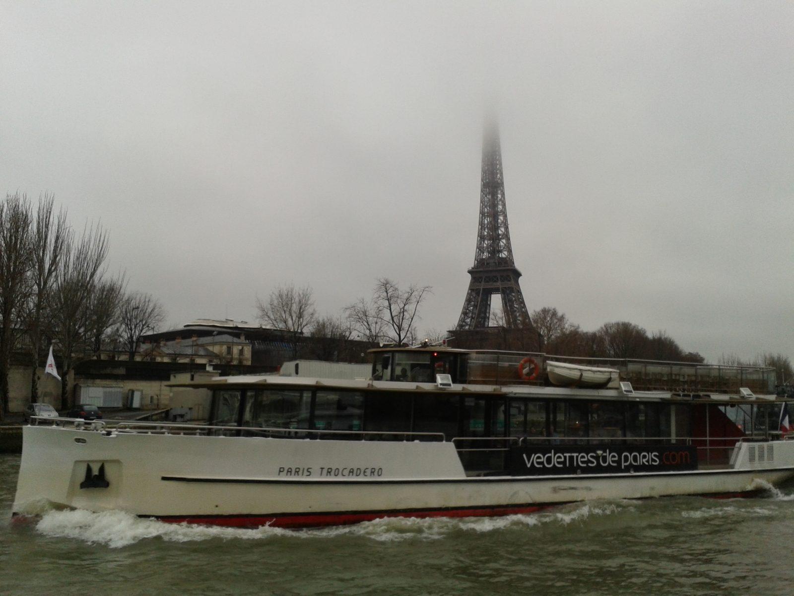 Париж: вид Эйфелевой башни