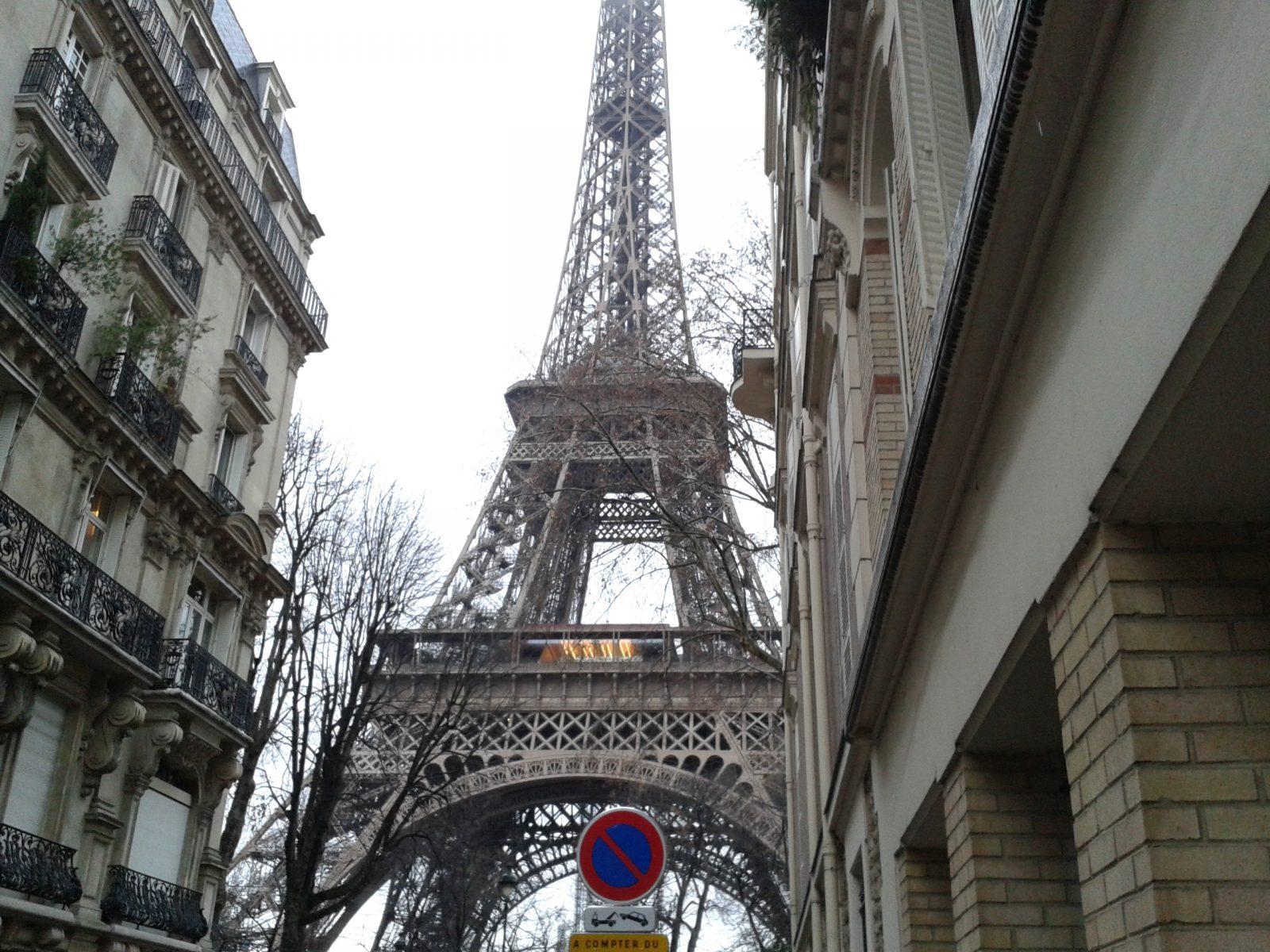Эйфелева башня вид с улицы
